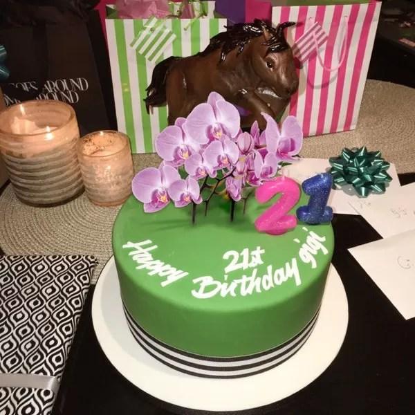 Gigi Hadidi ganhou bolo de aniversário decorado com flores do namorado (Foto: Reprodução/Instagram)