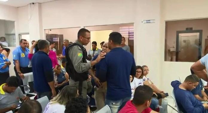 Motoristas de ônibus fizeram ato contra as corridas compartilhadas feitas por taxistas  — Foto: Reprodução/Rede Amazônica Acre