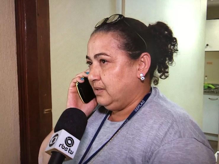 Flagrada pela equipe da RBS TV: Nara Jaqueline Rodrigues é funcionária da sede operacional do governo do estado do Rio Grande do Sul (Foto: reprodução/RBS TV)