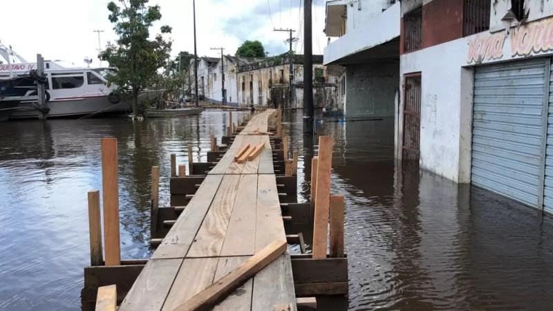 Em Itacoatiara, bairros e casas foram afetados pela subida do Rio Amazonas. Pontes de madeiras e marombas precisaram ser montadas para dimiuir os efeitos da enchente. — Foto: Leandro Marques/Rede Amazônica