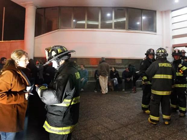 Bombeiro atende morador que deixou prédio na cidade de Viña del Mar após o tremor no Chile (Foto: Eliseo Fernandez/Reuters)