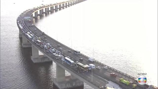 Incêndio em carro na Ponte Rio-Niterói atrapalha o trânsito na via. (Foto: Reprodução/ TV Globo)