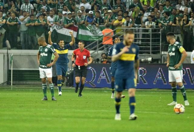 Ábila comemora o primeiro gol do Boca na arena — Foto: Marcos Ribolli