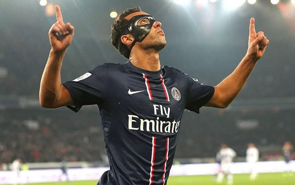 Nenê usou máscara enquanto defendeu o Paris Saint-Germain — Foto: Divulgação