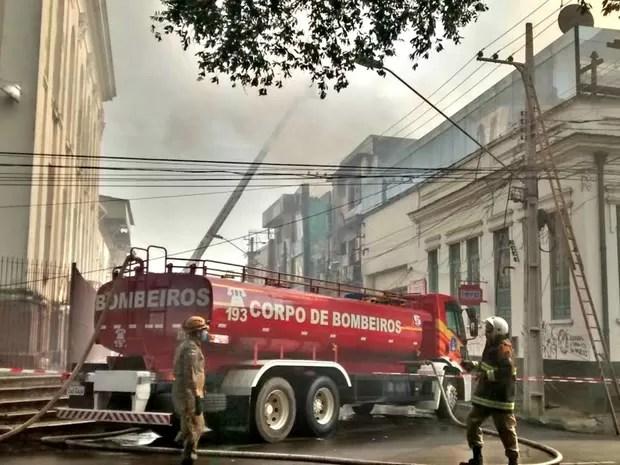 Fogo se alastrou e bombeiros ainda tentam conter as chamas (Foto: Suelen Gonçalves/G1 AM)