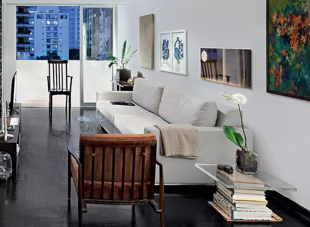 Neste projeto do arquiteto Filipe Ramos, uma simples pilha de livros virou uma bela mesinha de canto de sofá. Com uma madeira na base e um vidro grosso por cima, o charme fica completo com um vaso de flor (Foto: Maíra Acayaba/Editora Globo)