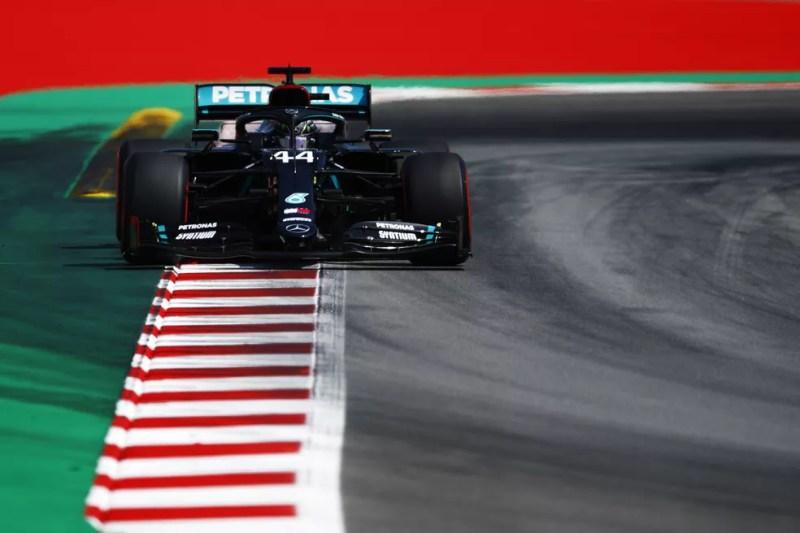 Lewis Hamilton conquistou em Barcelona a 92ª pole na F1 — Foto: Getty Images