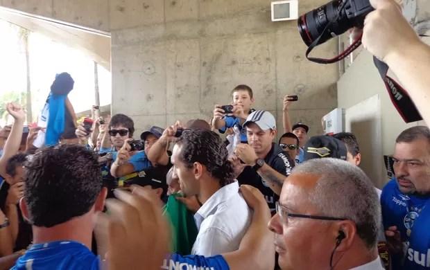 Barcos é recepcionado pela torcida do Grêmio no aeroporto (Foto: Hector Werlang/Globoesporte.com)