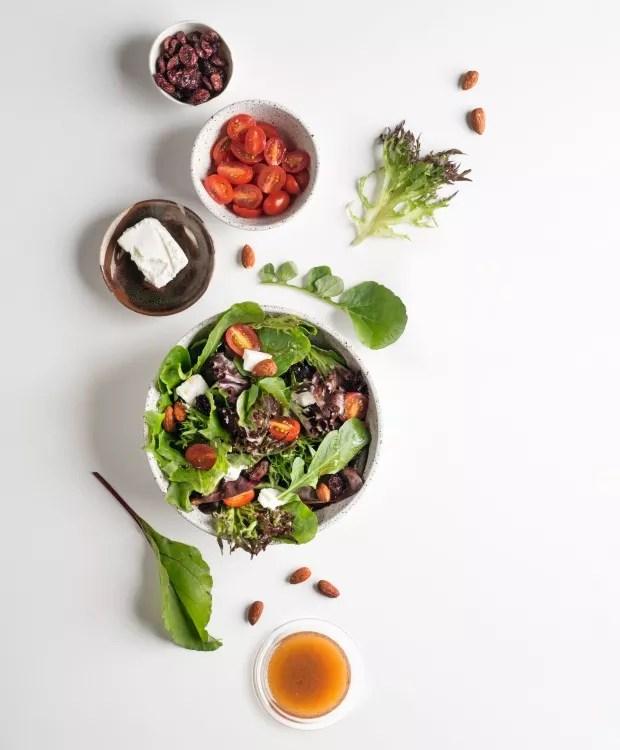 Salada caprina . Bowls da Collector (salada e tomatinhos), da Paula Almeida (queijo) e da Heloisa Galvão (cranberries) (Foto: Iara Venanzi / Editora Globo)