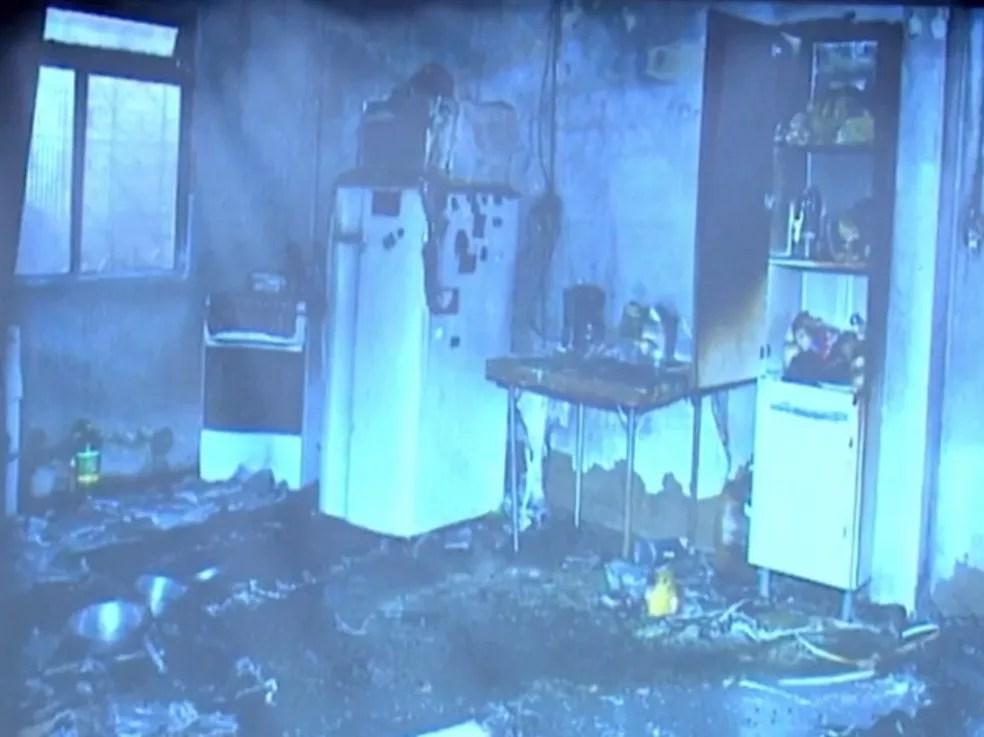 Casa onde família foi assassinada em 2015 estava com sangue espalhado e partes queimadas por incêndio  — Foto: Reprodução/RBS TV