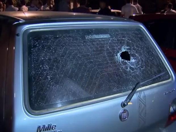 Danos em carro de família perseguida e espancada por taxistas em Brasília (Foto: TV Globo/Reprodução)