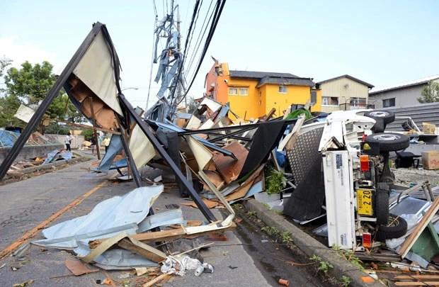 Destruição provocada por tornado em Koshigaya nesta segunda-feira (2) (Foto: Kyodo/AP)