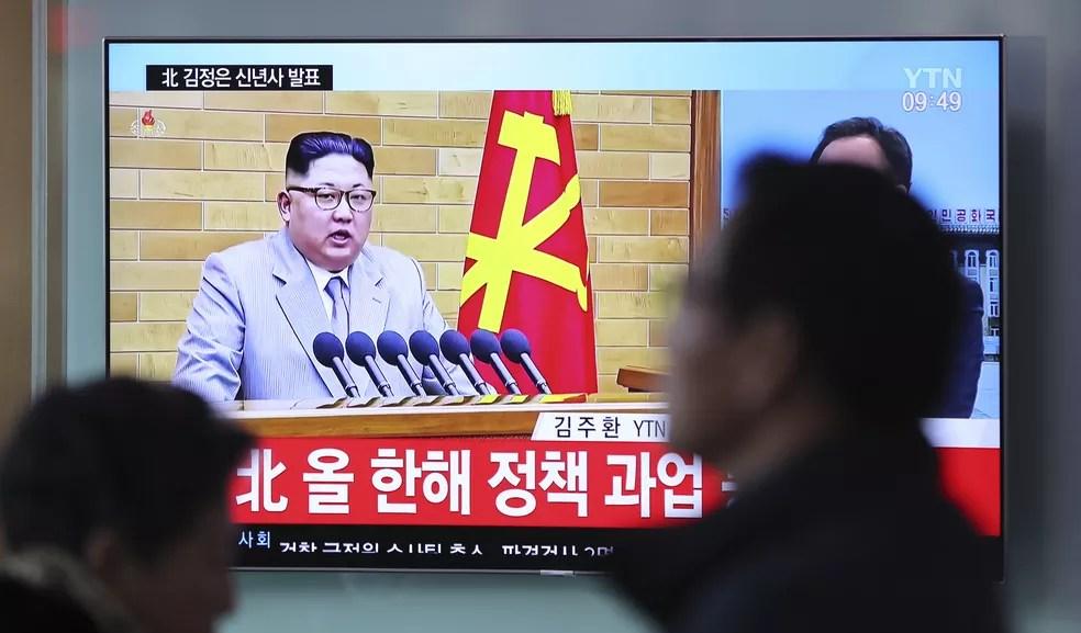Discurso de Ano Novo de Kim Jong-Un é transmitido em televisão na Coreia do Sul (Foto: AP Photo/Lee Jin-man)