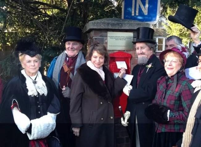 Marion Dickens e entusiastas a caráter (Foto: Divulgação)