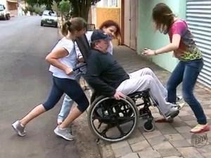 Cadeirante precisa de ajuda da família para subir nas calçadas de Dourado (Foto: Reginaldo dos Santos/EPTV)