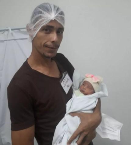 Flávio Rodrigues e a filha recém-nascida Valentina (Foto: Flávio Rodrigues/ Arquivo pessoal)