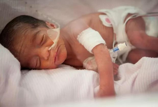 Foto de um dos quíntuplos que nasceu no dia 26 de maio em hospital de Utah (Foto: Hospital da Universidade de Utah/AP)