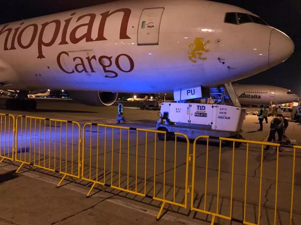 Chegada do avião em São Paulo, vindo da China, que trouxe carregamento de remédios para intubação de pacientes  — Foto: Divulgação
