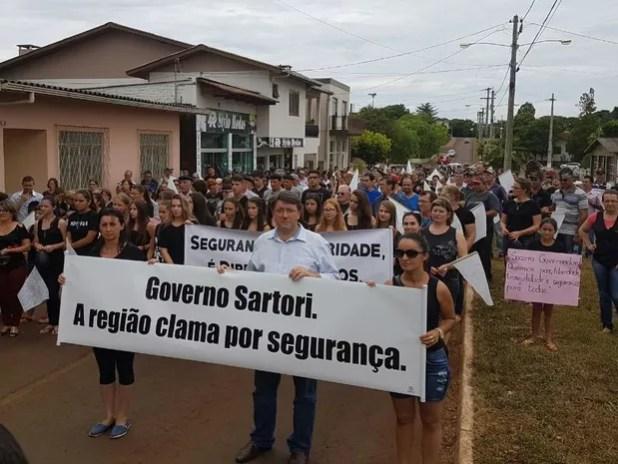 Protesto em Maximiliano de Almeia reuniu cerca de  pessoas, conforme Brigada Militar (Foto: Cláudia Alessi/RBS TV)