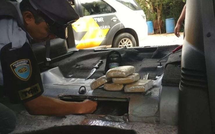 Droga estava em compartimento escondido no veículo (Foto: Divulgação/Polícia Rodoviária)