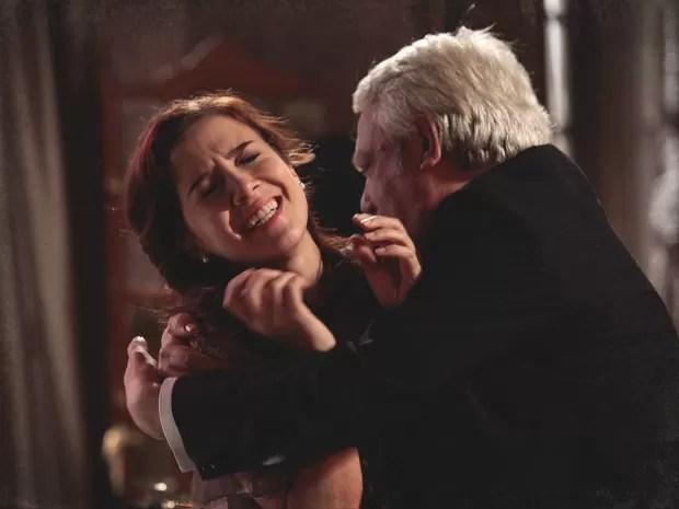 Laura é agarrada à força pelo senador e tenta se defender como pode (Foto: Lado a Lado/TV Globo)