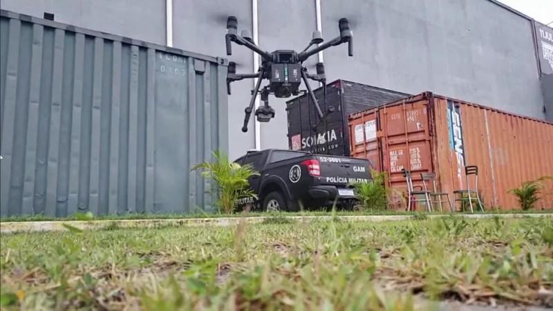 """Drone batizado de """"Predador 1"""" auxilia em operação da polícia do Rio na Cidade de Deus — Foto: Reprodução / TV Globo"""
