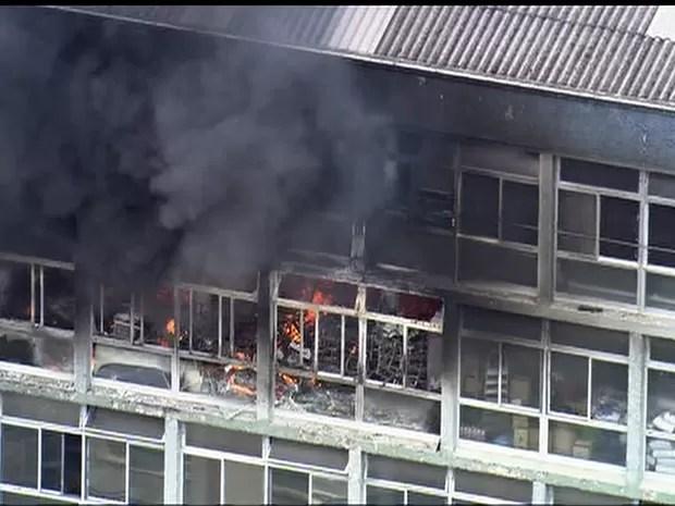 Andares atingidos por fogo na região central de São Paulo (Foto: Reprodução/TV Globo)