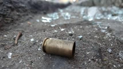 Cápsulas deflagradas de armas de fogo foram localizadas nas proximidades do banco (Foto: Anderson Melo/TV Asa Branca)