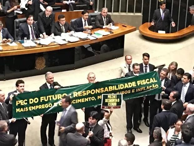 Deputados governistas estenderam uma faixa e ergueram cartazes no plenário em apoio à PEC do Teto de Gastos (Foto: Gustavo Garcia / G1)