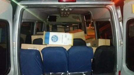 Cigarros contrabandeados foram localizados dentro de uma van (Foto: PRF/Divulgação)