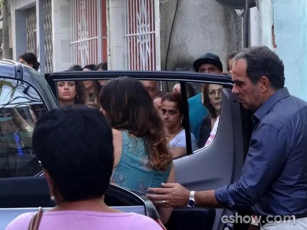 Virgílio ajuda Juliana a entrar no carro sem Bia (Foto: Em Família / TV Globo)
