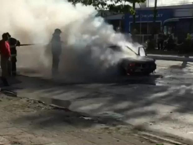 Bombeiros conseguiram controlar o fogo por volta das 16h15 (Foto: Reprodução/Whatsapp)
