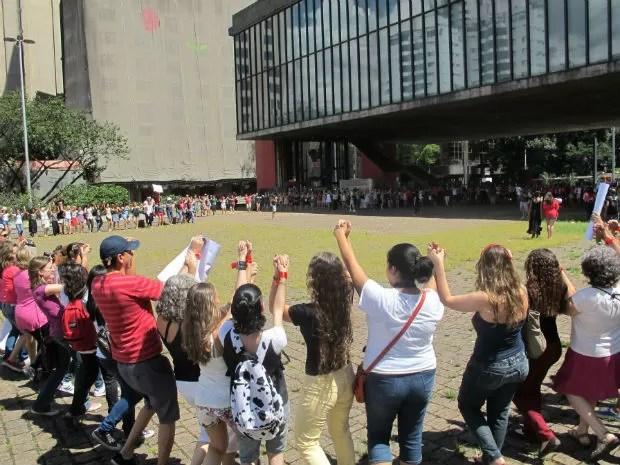 """Protesto """"Um bilhão que se ergue"""" faz enorme roda no vão do Masp (Foto: Aline Lamas/G1)"""