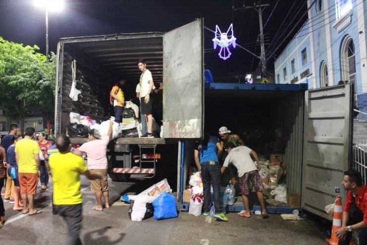 Doações a vítimas de incêndio — Foto: Rickardo Marques/G1 AM