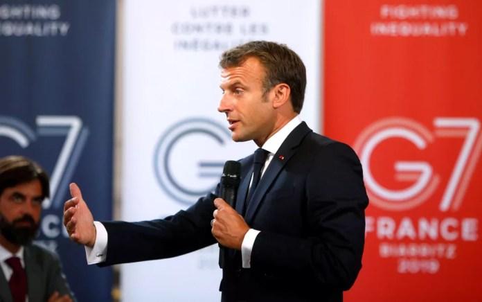 O presidente francês, Emmanuel Macron, fala sobre meio ambiente e igualdade social a empresários na véspera da abertura do G7, em Paris, na sexta-feira (23) — Foto: Michel Spingler/Pool via Reuters