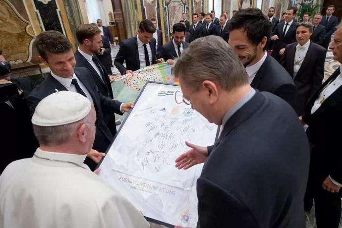 Jogadores da seleção alemã visitam o Papa Francisco (Foto  Reuters) 4467115fc646f