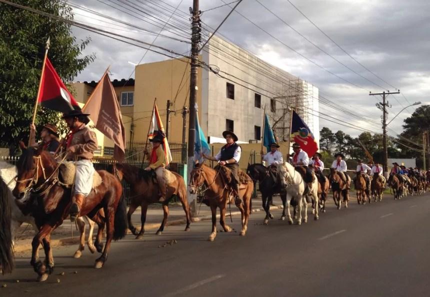 Cerca de 100 cavalarianos participaram da cavalgada de Canoas a Porto Alegre (Foto: Marisol Santos/RBS TV)