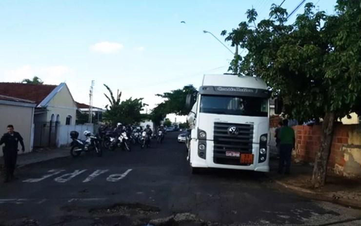 Caminhões foram multados em Rio Preto por estarem estacionados próximo a escolas (Foto: Divulgação/Polícia Militar)