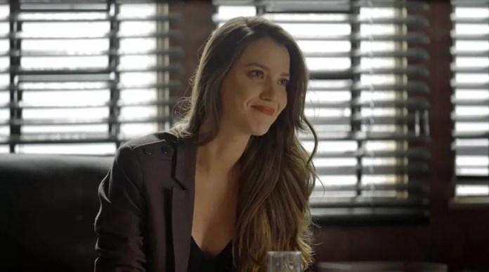 Fabiana (Nathalia Dill) chama Maria da Paz (Juliana Paes) para fazer bolos na fábrica, em 'A Dona do Pedaço' — Foto: Globo