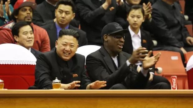 Kim Jong-un e Dennis Rodman assistem a jogo de basquete na Coreia do Norte (Foto: Reuters)