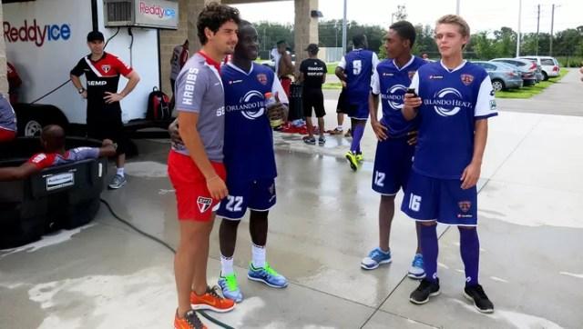 Alexandre pato são Paulo tira fotos com meninos do Orlando City (Foto: Fabricio Crepaldi)