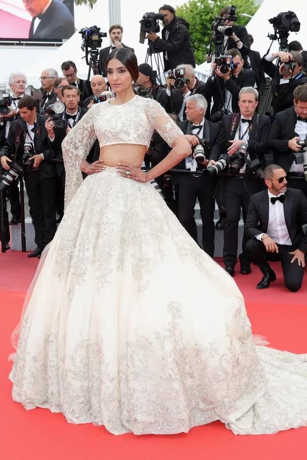 Sonam Kapoor de Ralph & Russo alta-costura no Festival de Cinema de Cannes (Foto: Getty Images)