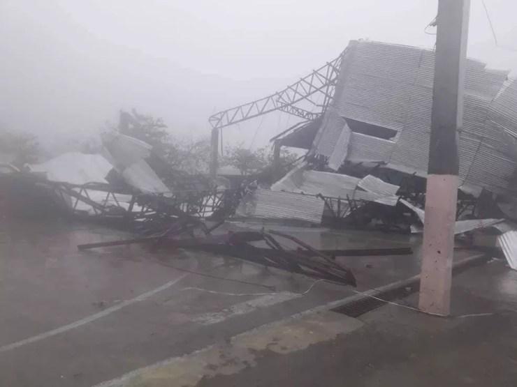 Tufão Mangkhut deixou edifícios destruídos em sua passagem pelas Filipinas — Foto: Philippine Red Cross/via Reuters