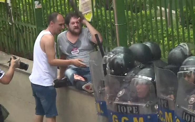 Manifestante ferido em protesto contra a Reforma da Previdência Municipal, em SP — Foto: Reprodução/TV Globo