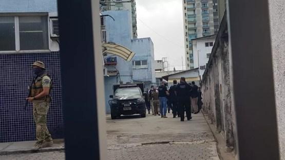 Suspeito chegando escoltado no DML para exame  — Foto: Luiza Marcondes/G1
