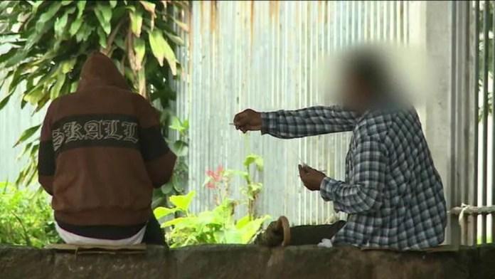 Flagrante da GloboNews mostra venda e consumo de drogas na Lapa — Foto: Reprodução/GloboNews