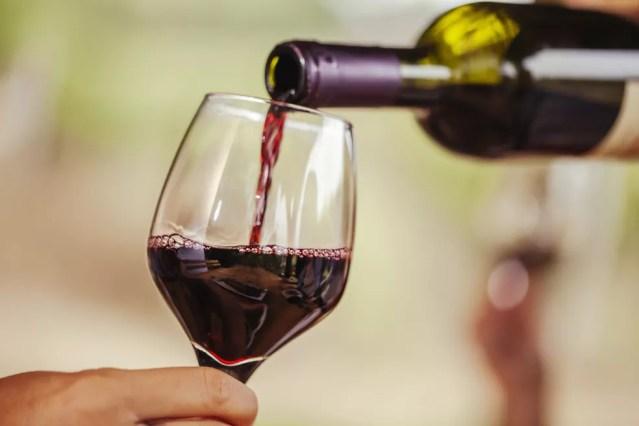 Vinho tinto está entre as sugestões do que consumir durante a Sirtfood, porém deve-se considerar recomendação calórica e também riscos do uso de álcool — Foto: iStock Getty Images