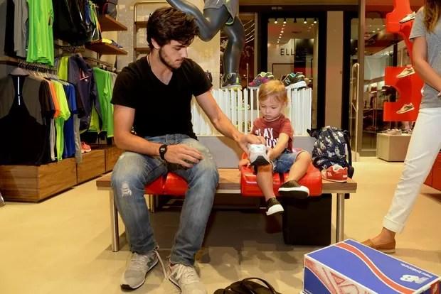 Felipe Simas com o filho (Foto: Felipe Panfili / Divulgação)
