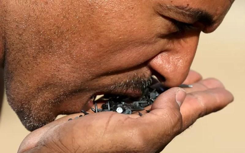 Hussein também comeu pregos (Foto: Mohamed Abd El Ghany/Reuters)