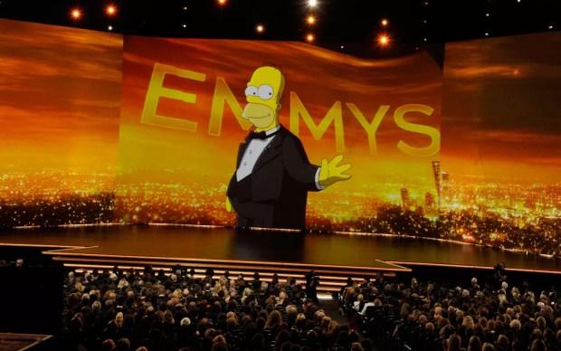 Homer Simpson aparece no telão na abertura do 71º Emmy no Microsoft Theatre, em Los Angeles, no domingo (22) — Foto: Chris Pizzello/Invision/AP